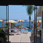 Blick aus dem Hotel zum Pool und Strand