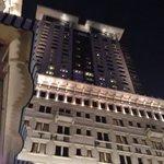 Suggestiva foto dell'hotel di notte