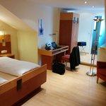Kamer met bankstel, luxe badkamer, grote flatscreen met digitale ontvangst