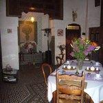 la salle à manger dans la lumière tamisée
