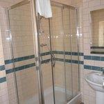 Douche spacieuse, salle de bain neuve