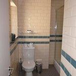 WC dans la salle de bain neuve