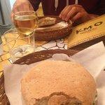 Panino burro e acciughe, panino verdure grigliate e caprino e vino 5 terre DOC