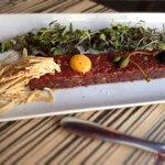 steak tartare: con huevo, trufa, foie-gras y vegetales.