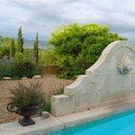 La fontaine de la piscine et la vue...
