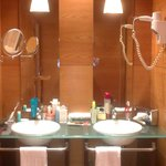 Aunque la madera cubre una esquina de la bañera y se estropea fácilmente, del aseo no hay queja.