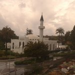 Una preciosa mezquita que respeta y merece el respeto de clientes. Una magnífica estampa.