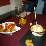 patatas bravas y mini hamburguesa