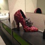 Необычная туфля в общественной дамской комнате