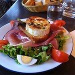 Salade de chèvre chaud/warm goat cheese salad.
