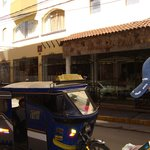 taxi moto en la puerta del hotel