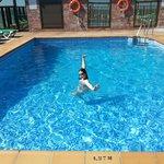 Natalia estrenando la piscina