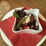 Sorbet 2 parfumns, avec des fraises fraîches et amandes effilées...