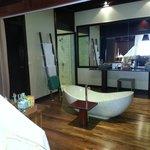 La salle de bain dans la chambre