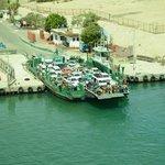 un bac sur le canal de Suez