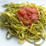 Tagliatelle con pesto e pomodorino fresco