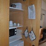 placard de la kitchenette avec vaisselle suffisante