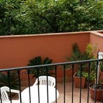 Retro dell'appartamento al piano terra con vista sul giardino di limoni