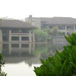 Vista della struttura per le conferenze dal lago.