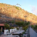 Hotel Jardin Tecina Beachclub links - Hotel auf dem Felsen