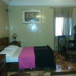 chambre avec petit salon avec salle de bain et coin cuisine