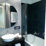 Jade Manotel: standard room - bathroom