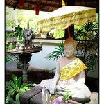 Un magnifique Buddha entre les chambres et la piscine