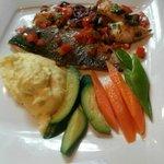 Fisch vom Grill mit Gemüse und Pürree