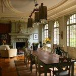le salon là  où nous déjeunons et prenons les petits déjeuners