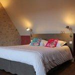 Suite Avril, une grande chambre, une petite chambre, salle de bain avec douche et WC.
