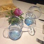 Tavolo con rosa