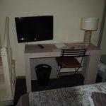 Habitación, escritorio y acceso baño