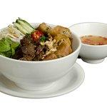Bun Thit Nuong Cha Gio - Macarrão de Arroz com carne, pepino e rolinho de primavera