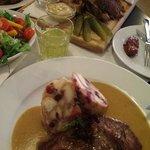Medaillons mit Knödel, Salat und ukroka plate