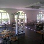 la salle lumineuse et des tables espacées pour plus d'intimité