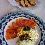 salmón y pan con un paté de antxoas que hacen ellos...