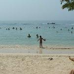 A praia é demarcada por bóias. Dá pé em todo o trecho demarcado