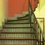La escalera azulejada que lleva al primer piso