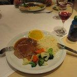 ツアーの夕食 ステーキでした。