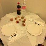 """""""cena"""" di capodanno. tavolino fra l'ingresso della stanza e fra il cucinino"""