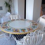 sala colazione, dettaglio tavolo ceramica