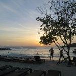 Ondergaande zon aan het strand vlakbij