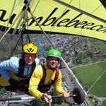 Flug über den Häusern von Interlaken