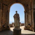 Una delle tante statute e monumenti all'interno dei giardini di Villa Cimbrone