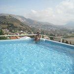 Замечательный бассейн освежает в жару