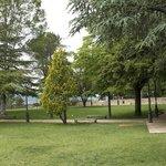 la parte alta dei giardini della Rocca, con vista sulla valle