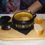 le pot of French onion soup