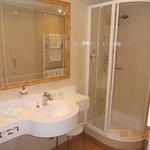 La zona doccia e lavabo, con accesso da zona letto