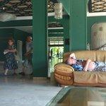лобби с каменно-коженными диванами