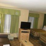 Estar y dormitorio con 2 camas dobles